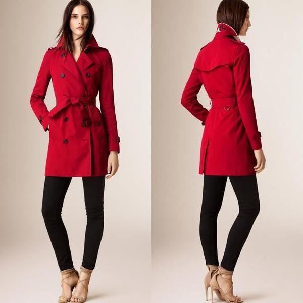 На фото женское пальто тренчкот от Burberry