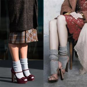 На фото девушки, которые носят носки с босоножками
