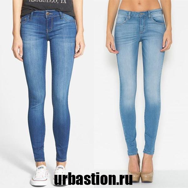 На фото джинсы голубого цвета модные в 2017 году