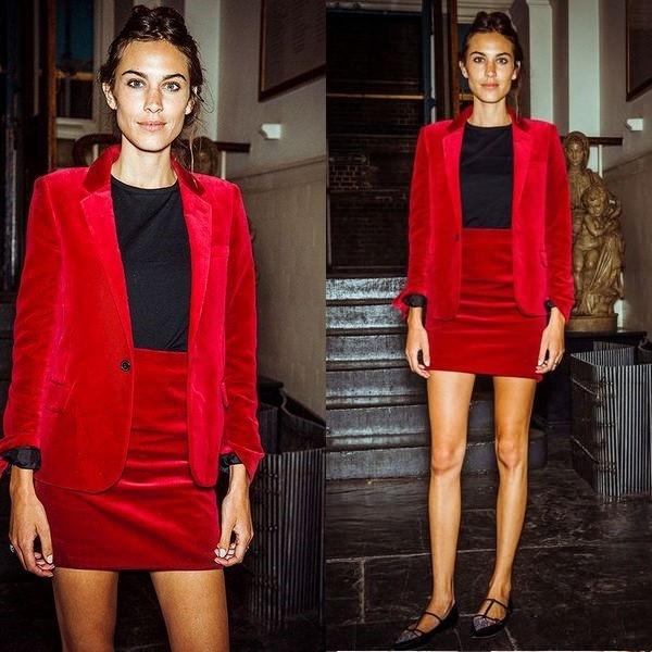 На фото красный пиджак для женщин