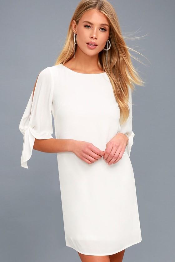 641b20820dc Оно дополнит деловой и повседневный стиль. В 2019 году стилисты рекомендуют  выбрать бежевое прямое платье свободного фасона. Приталенные модели ...